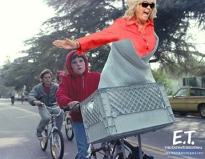 Here's Paula trying to be ET. She isn't even wearing the right outfit #epicfailPaula
